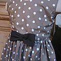 Robe OCTAVIE en coton taupe à pois blancs - Noeuds et boutons recouverts en coton noir (5)