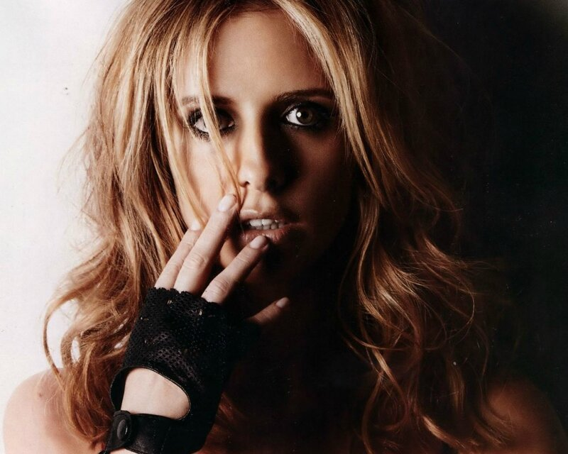 sarah_michelle_gellar_gloves_1280x1024