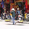 HANOI - homme à la palanche dans le vieil Hanoi