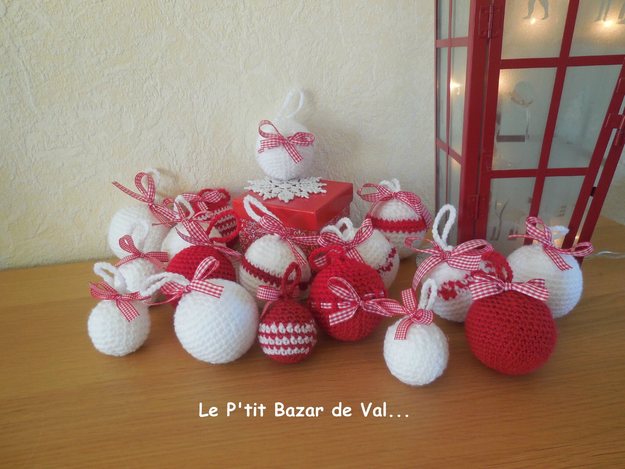 boules de no l au crochet tuto le p 39 tit bazar de val etc. Black Bedroom Furniture Sets. Home Design Ideas