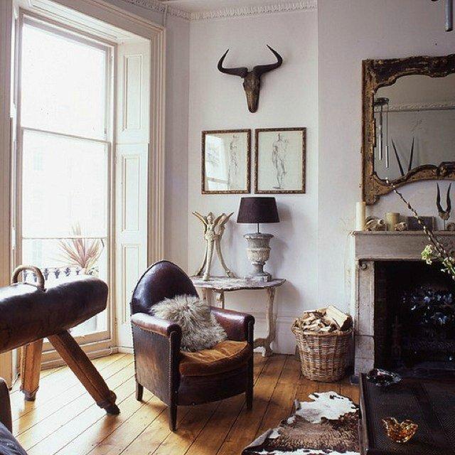 deco-campagne-chic-cheminée-fauteuil-cuir-table-bois