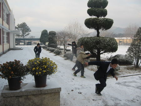 Nagun_snowball_fight