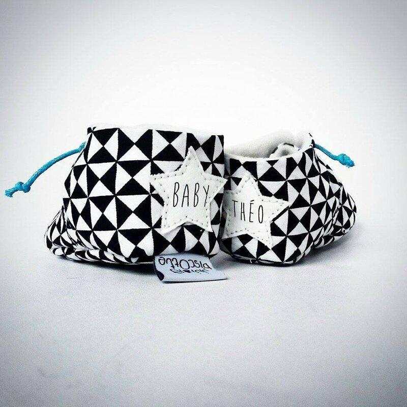chaussons bebe personnalise original noir et blanc prenom