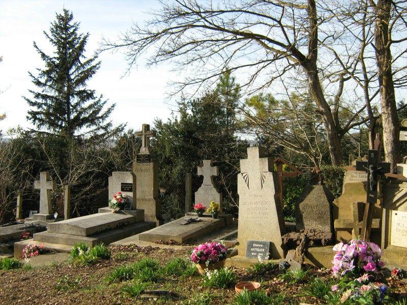 Cimetière de l'église de Vals en Ariege Pierres tombales, crucifix et tombes (6) 800x600