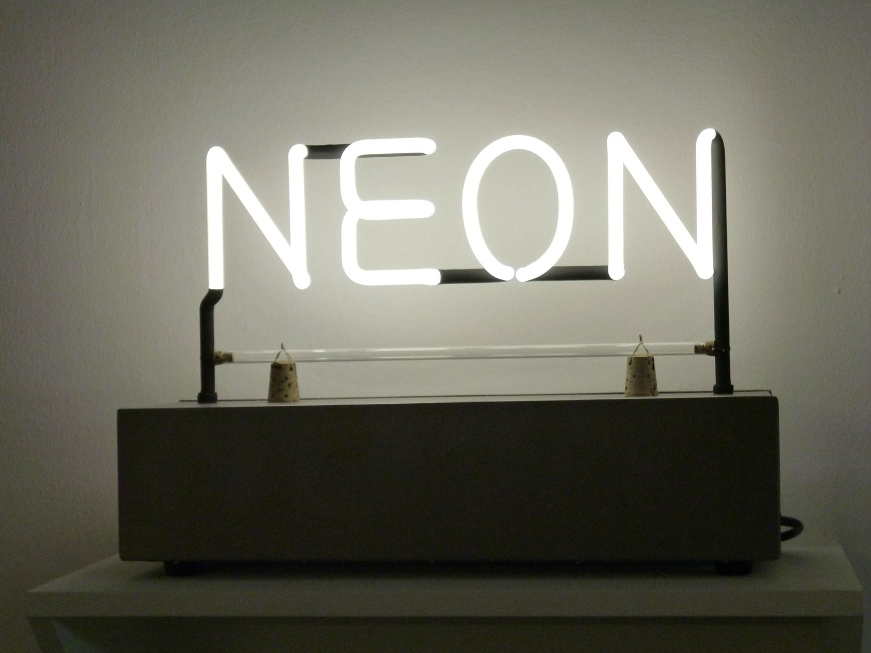 Le n on a 100 ans happy birthday kanso d co for Neon artiste contemporain