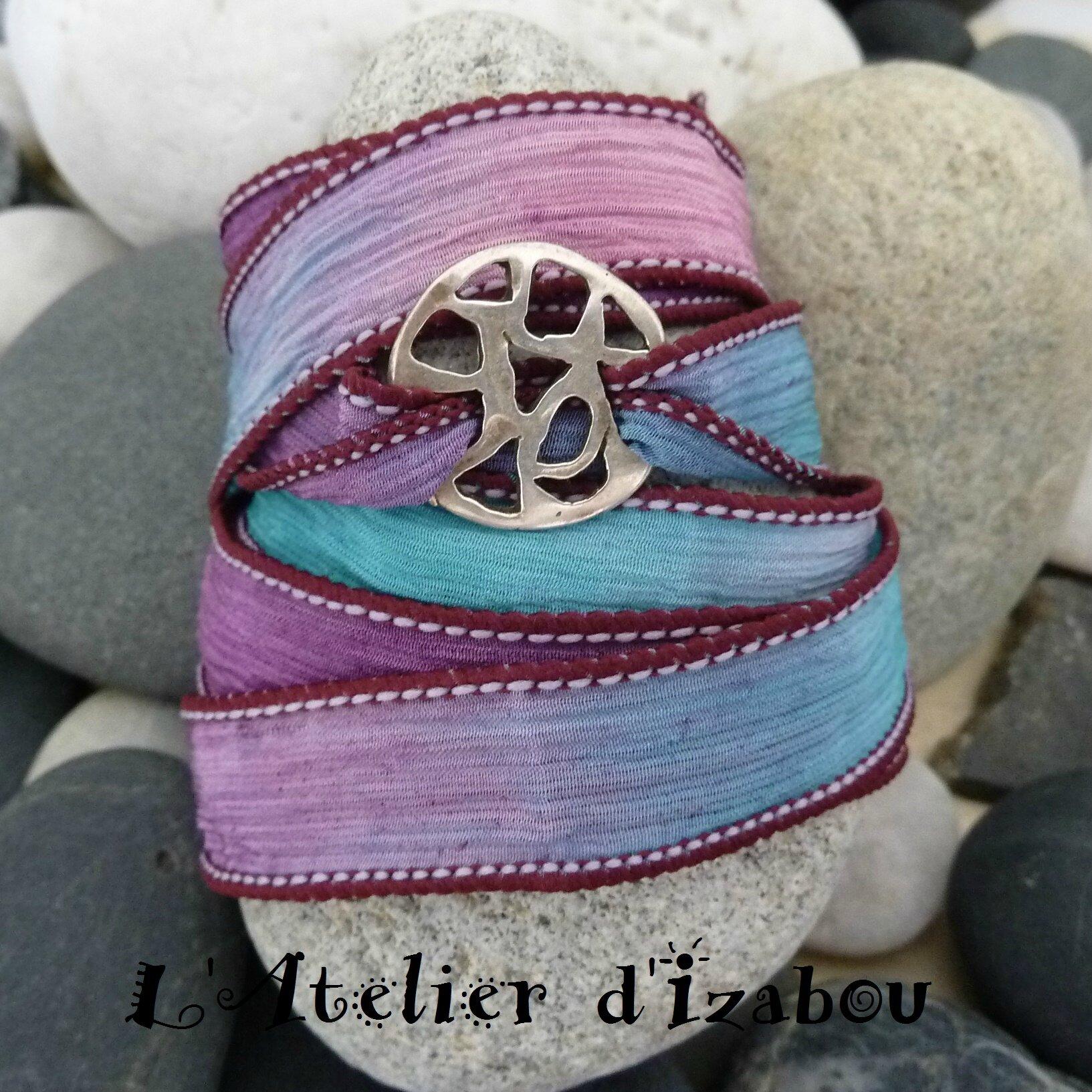 Populaire Matière plus satinée avec ce bracelet léger et changeant en soie  RU78