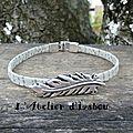 Bracelet femme cuir aspect daim gris moucheté, passant plume, fermoir crochet