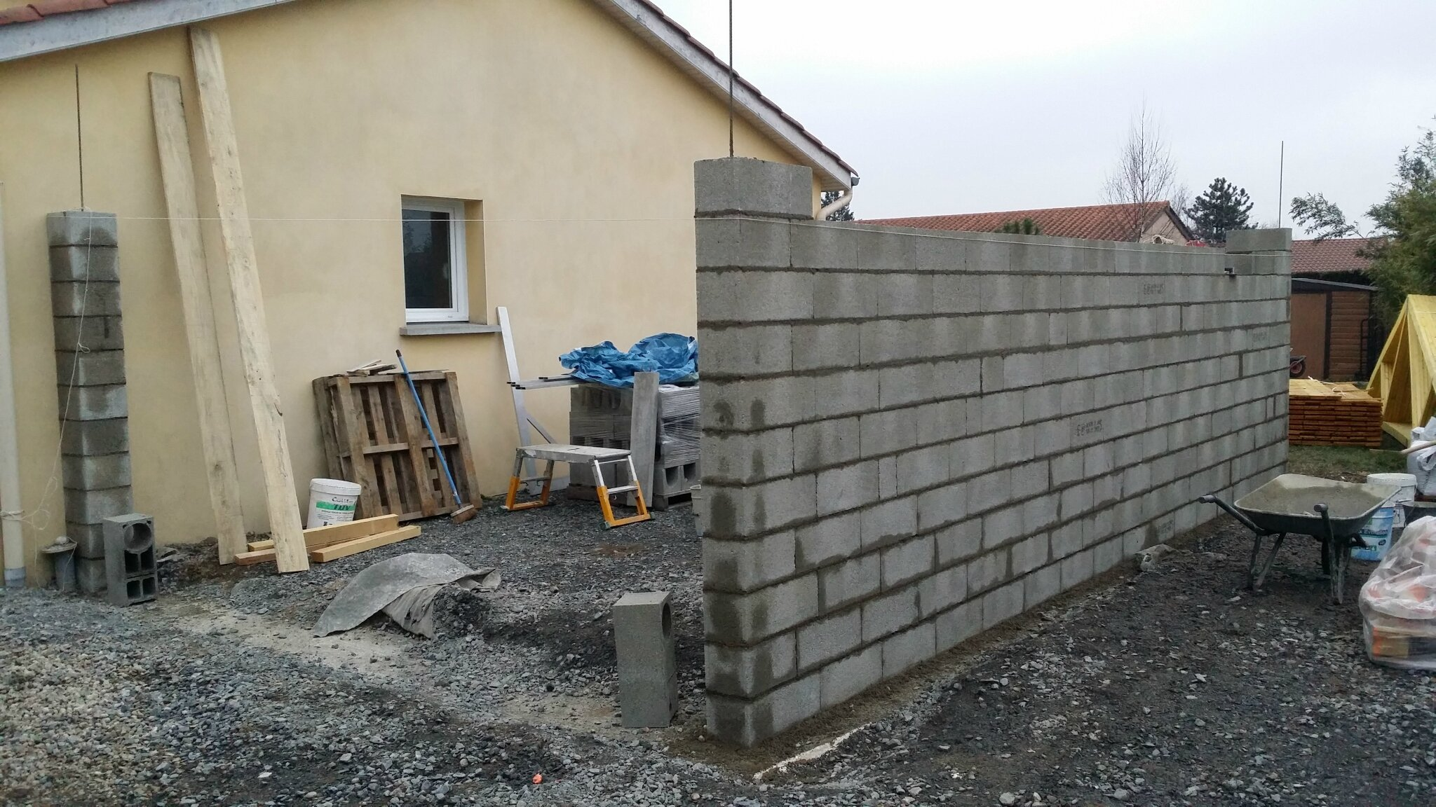 Montage de parpaing pour construction d 39 un garage for Construction garage parpaing