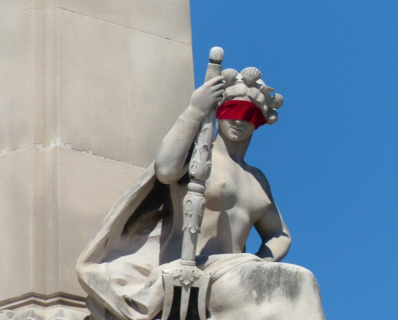Marseille St-Charles-statues bandeau rouge (1)