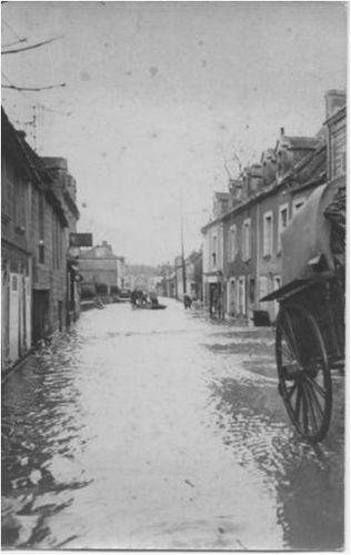 Mézidon - la grande rue (inondation de 1936)
