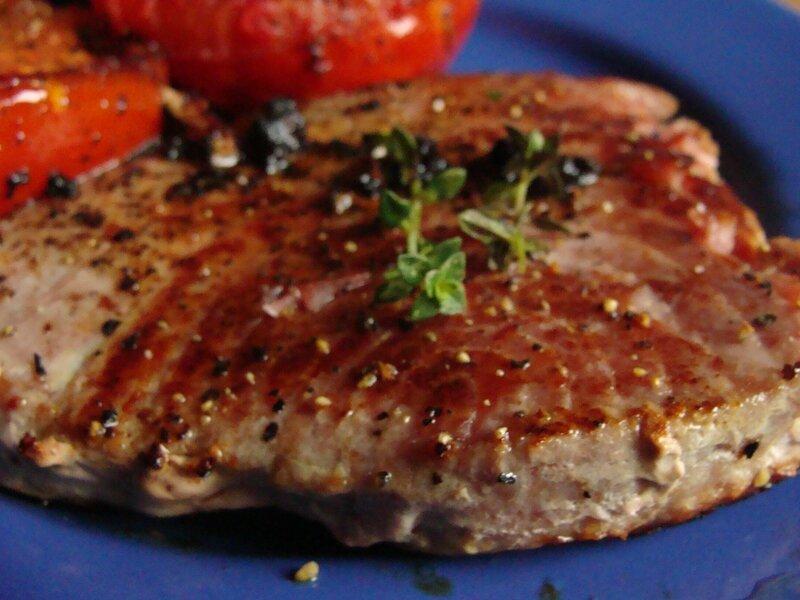 steak de thon rouge a la tomate du jardin et du march l 39 assiette et la bouche. Black Bedroom Furniture Sets. Home Design Ideas