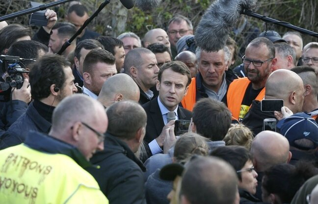 648x415_french-centrist-presidential-election-candidate-emmanuel-macron-center-talks-to-workers-during-a