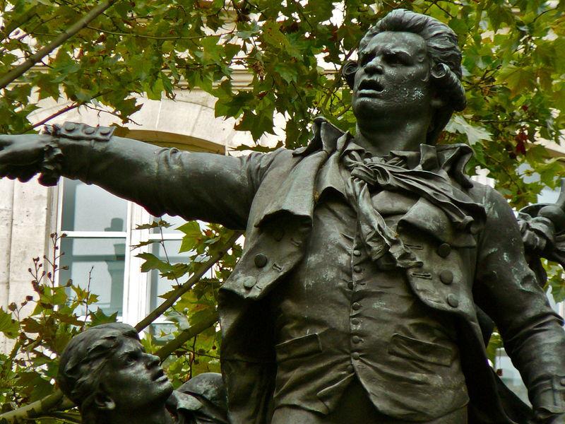 Détail de la statue de Danton place Henri Mondor.
