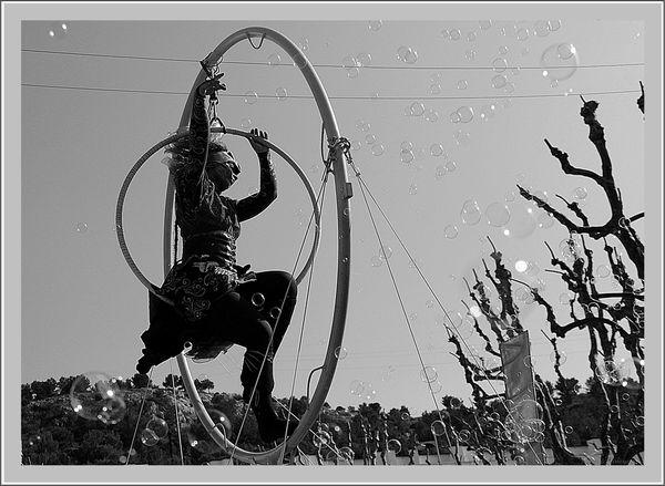 Exercice-photographique-n-125-lArt-de-la-rue-en-NB-LEquilibriste-a28195181