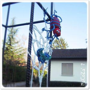 Yarnbombing araignée au crochet de côté