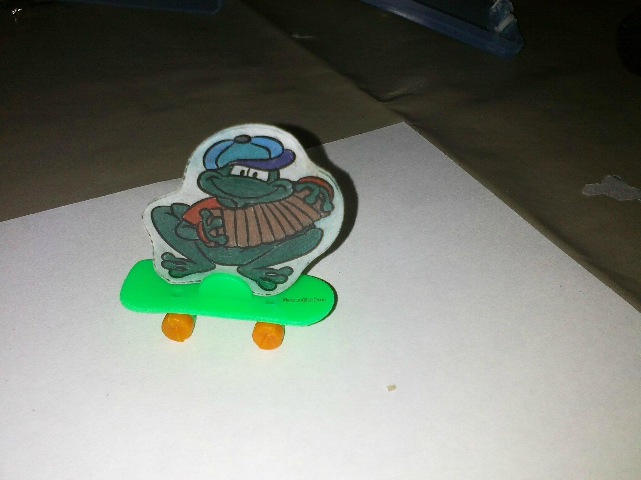 Grenouille skateboard en plastique dingue