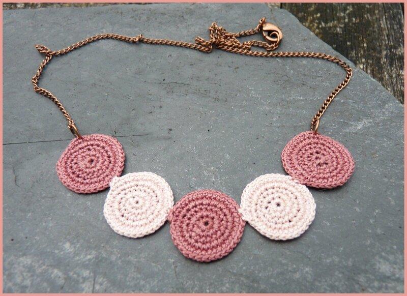 collier au crochet dégradé de rose sur ardoise, encadré