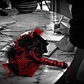 mariage cabaret chic rouge noir plumes dentelle bouquet de mariée & accessoires personnalisés sur mesure cereza deco 4