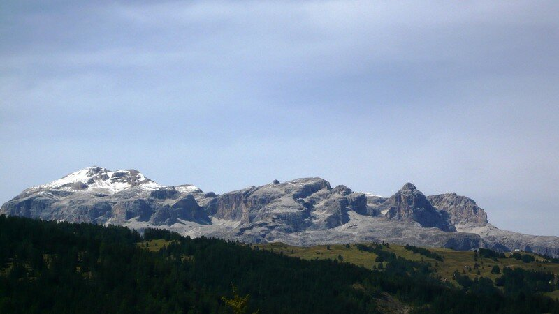 En montant au Valparola, Vue d'ensemble sur le massif du Sella.