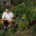 2009 08 18 Cyril devant son jardin