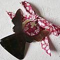 Ange en nacre personnalisé avec mini Croix en argent massif (sur ruban Glenjade fushia)