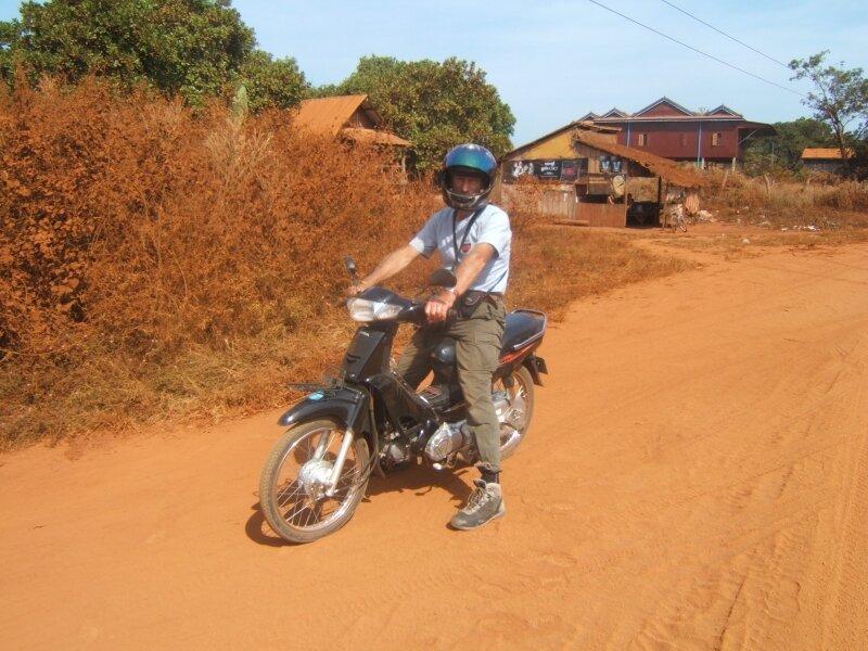 En moto sur les pistes de terre rouge