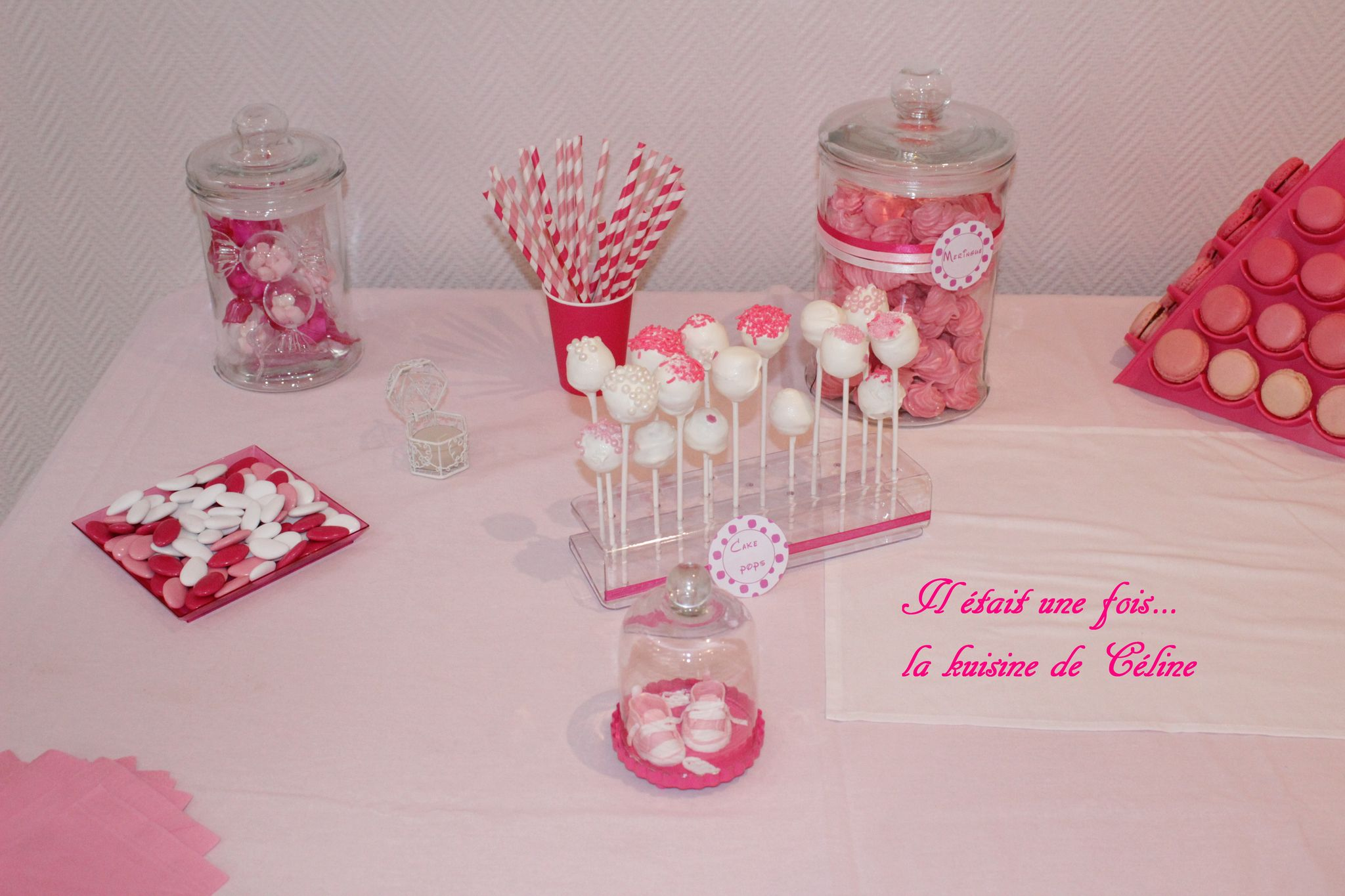 Sweet table rose fushia et blanc sweet table bapteme - Idee deco table bapteme ...
