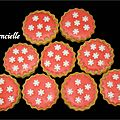 Biscuits ronds rouges et flocons noël