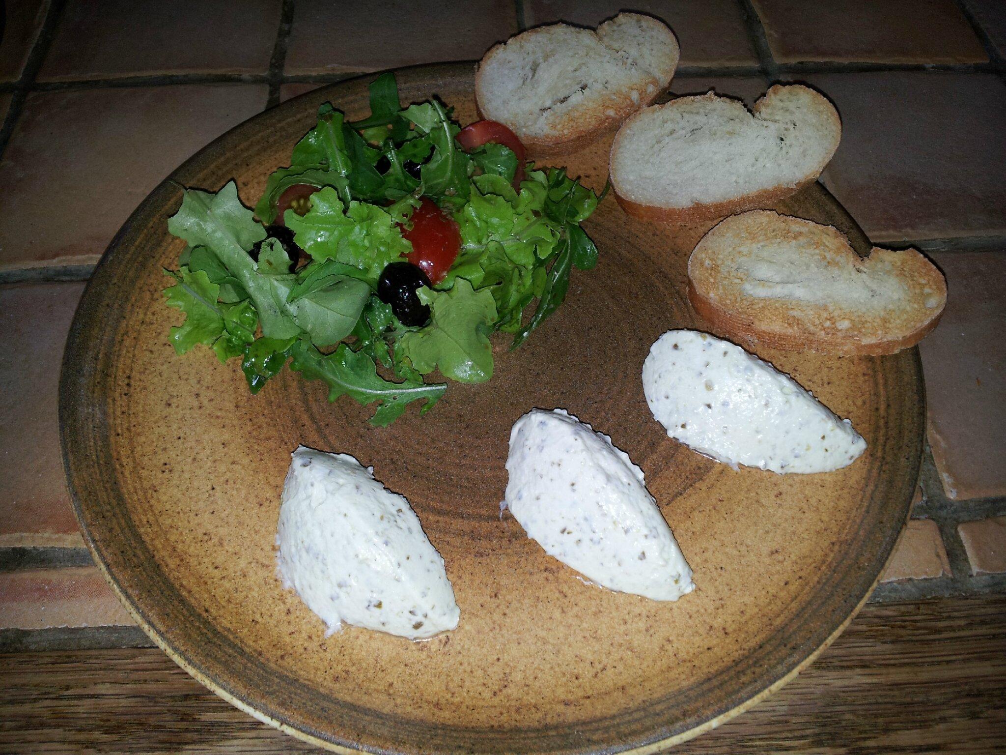 Quenelles de chèvre frais au pesto, salade et pain grillé :