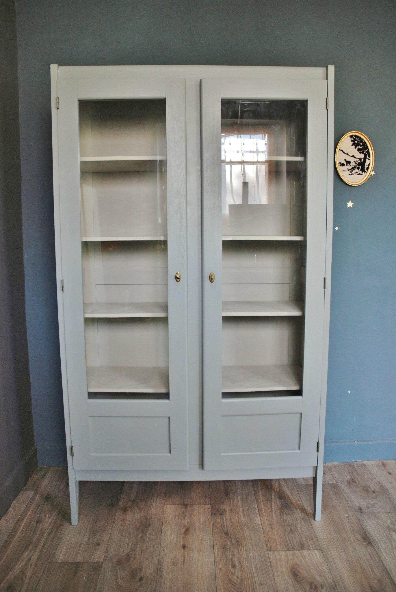 ancienne armoire vitr e gris bleu vendue atelier vintage. Black Bedroom Furniture Sets. Home Design Ideas