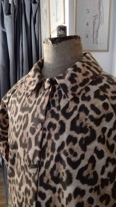 Veste VICTORINE en toile de coton imprimé léopard - Doublure de satin noire (8)