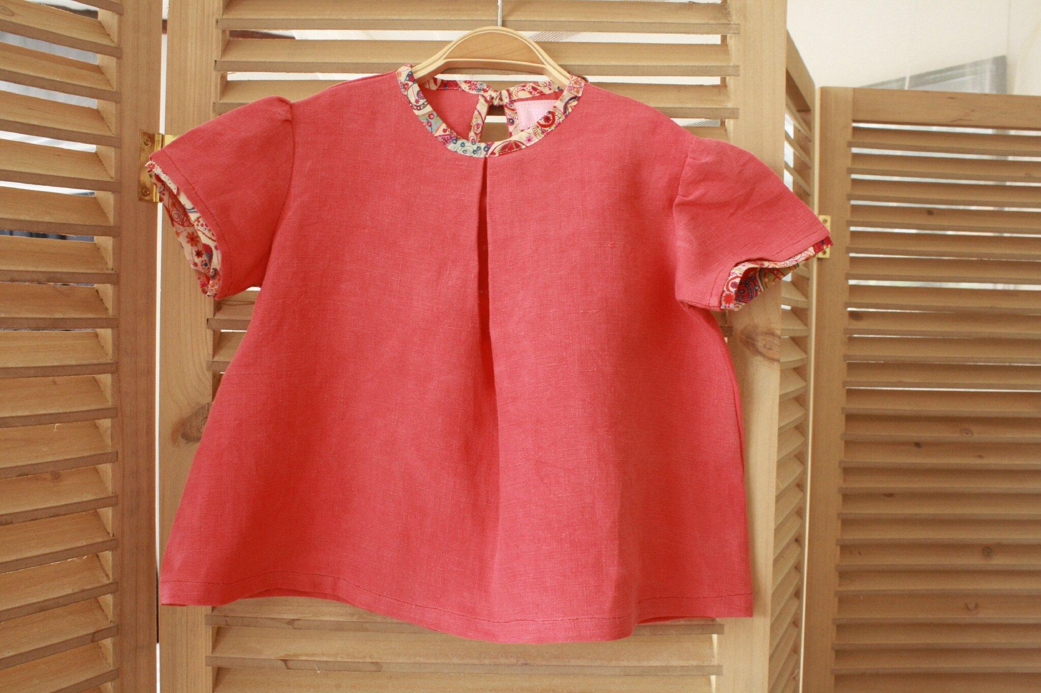 Blouse en drap ancien teinté coquelicot, ouverte dos, soulignée d'un lien en Liberty, 2 ans, 25€ (2)
