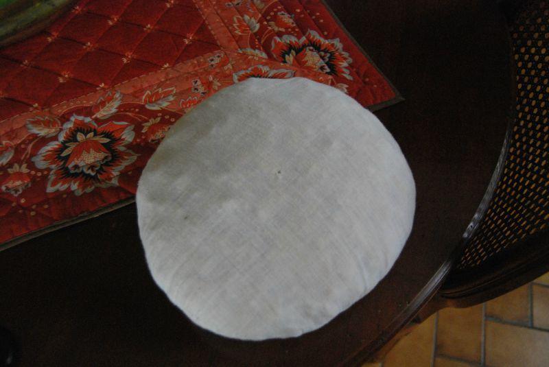 crocheter une housse de coussin rond chez la froguette. Black Bedroom Furniture Sets. Home Design Ideas