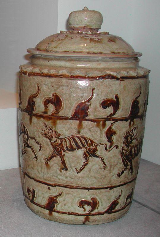 Urne aux 5 tigres, céramique à décor incisé et peint en oxyde de fer, 13e-14e s., Musée Guimet (Paris).