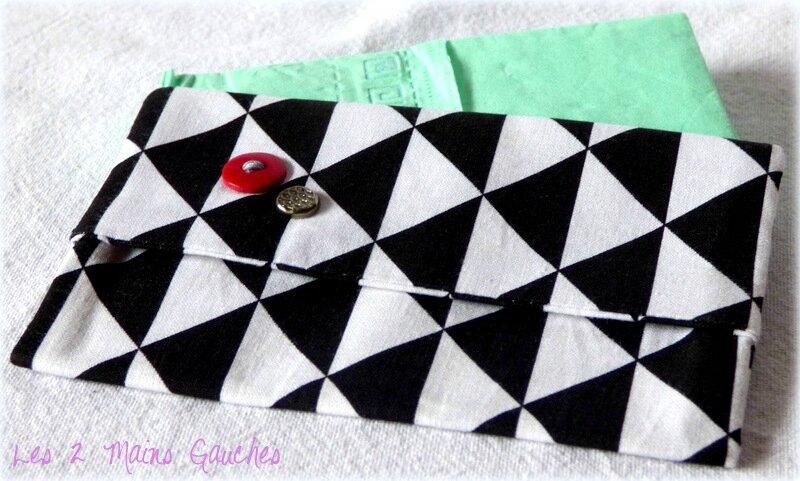 pochette à mouchoirs graphique avec bouton rouge