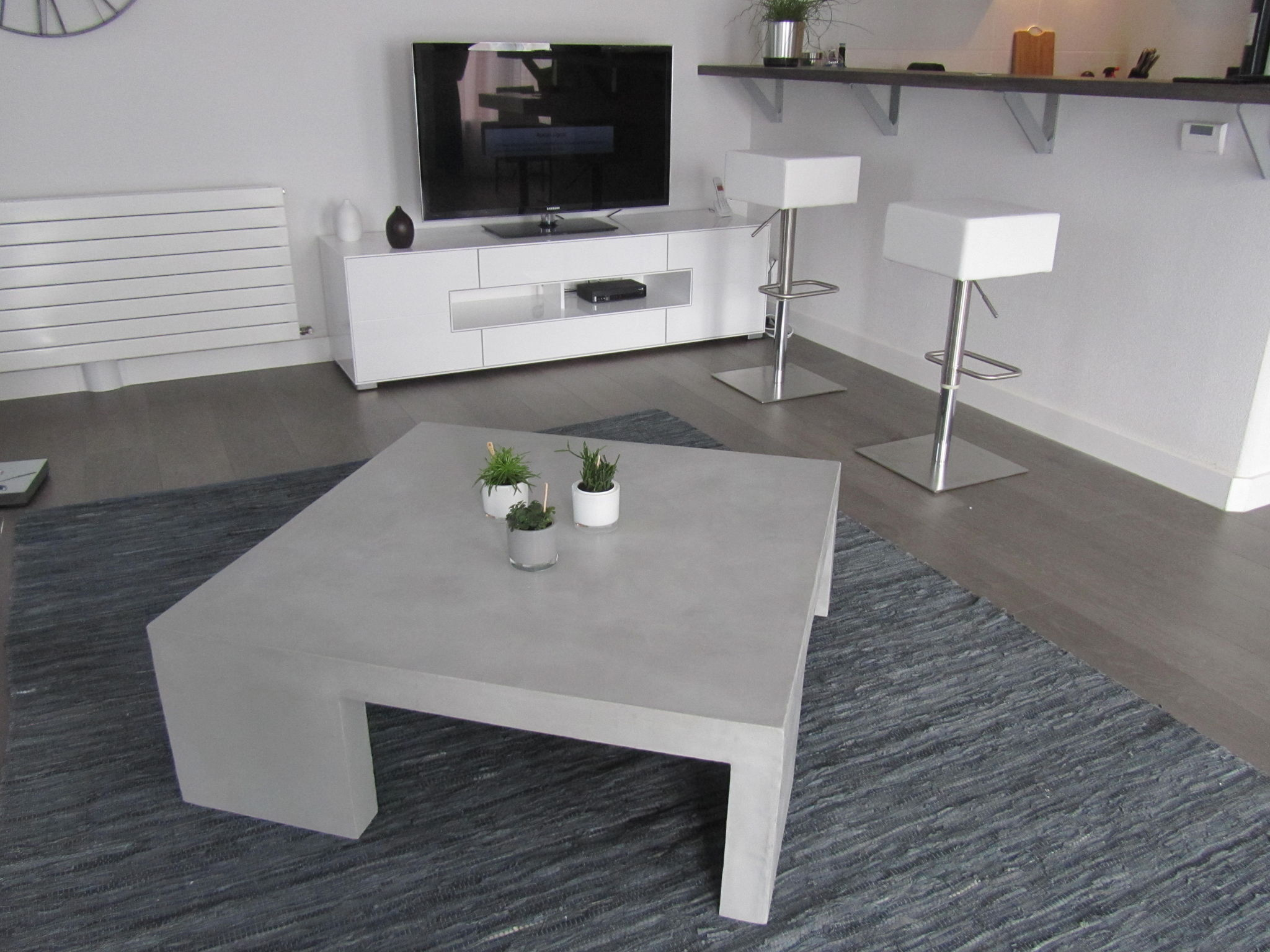 Table de salon grise en beton cire photo de beton cire for Table effet beton cire