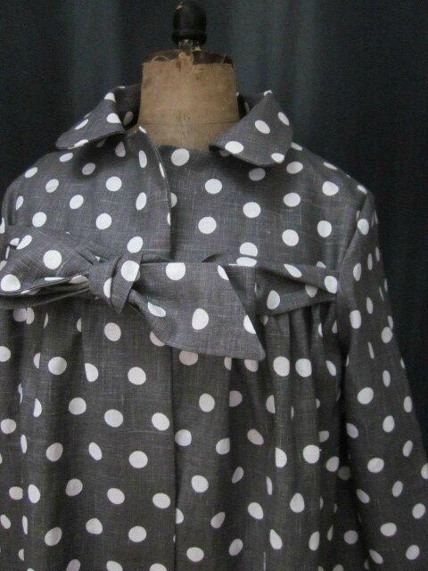 Manteau BERENICE en lin gris à pois blanc orné de 3 volants de lin blanc, fermé par un neoud cousu dans le même tissu (4)