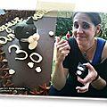 Gâteau d'anniversaire brownie aux noisettes pépites de chocolat et nougatine, décoration chocolat et pâte à sucre