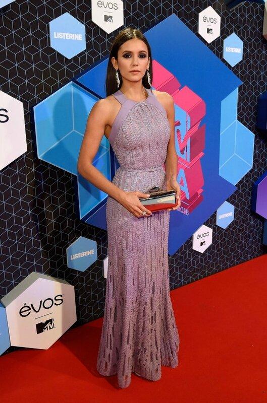 Nina Dobrev en robe violette col halter aux MTV EMA 2016