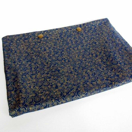 Pochette lingerie tourbillon doré fond bleu marine