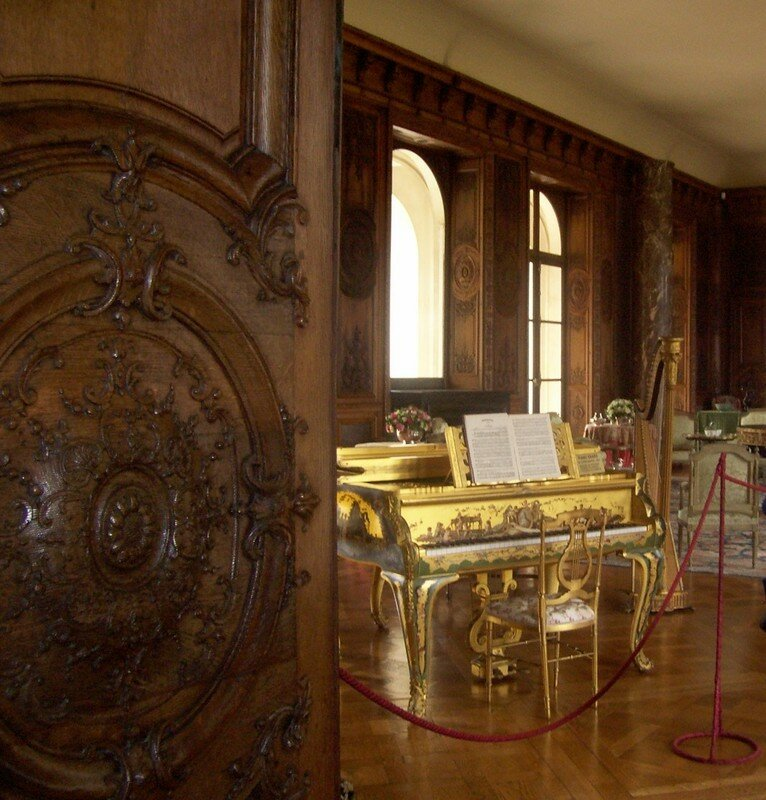 salon avec piano baroque et harpe a bizy photo de la normandie le blog d 39 isis. Black Bedroom Furniture Sets. Home Design Ideas