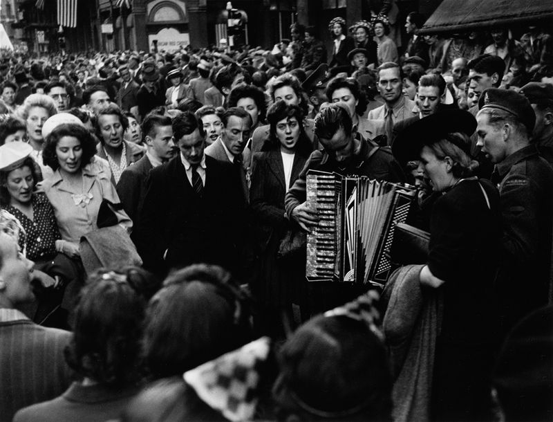 V_E_Day__Picadilly_Circurs_1945