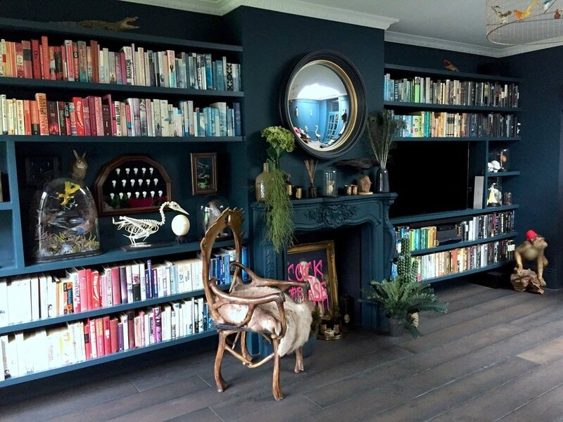 Dark+blue+living+room+with+colour+coded+books
