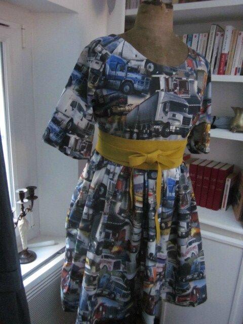 Robe RAYMONDE en coton imprimé ''belle comme un camion'' - manches raglan - longueur genoux - taille unique (10)