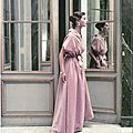 Modle en velours photographi au chteau de Versailles en 1952