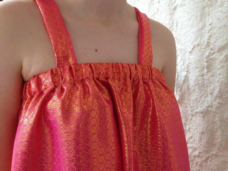 robe a bretelles nouees tissu indien rose et or modele maison 9