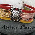 J'veux du soleil ! avec ce bracelet en cordon liberty bordé de deux lanières de daim rouge et jaune et son connecteur fleur !