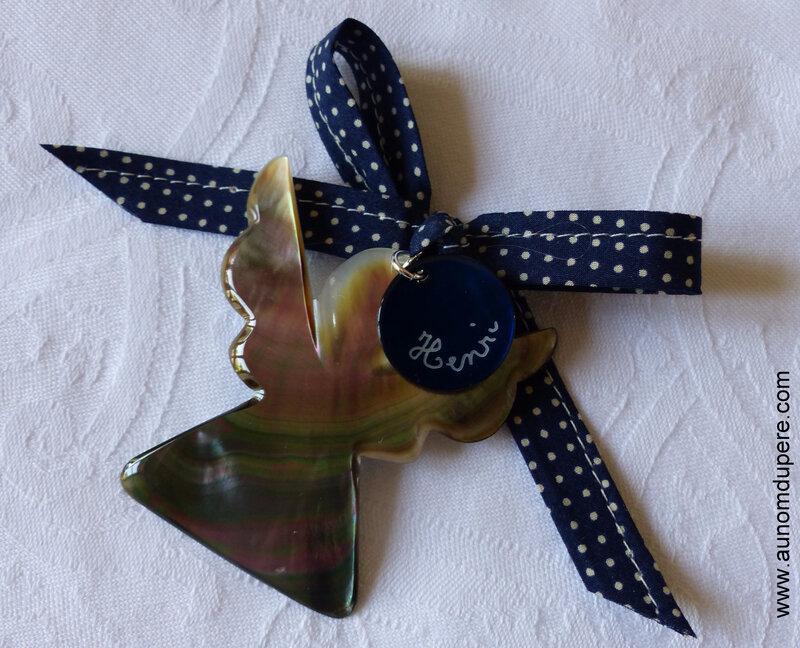 Ange en nacre personnalisé sur ruban bleu marine à pois blancs - 34 €