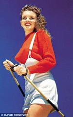 04-Marilyn_posing_with_ski_sticks_in_a_1944_photo_shoot-a-148_1434732319230