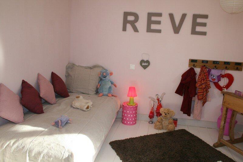 Chambre fille taupe et vieux rose for Decoration chambre adulte pas cher